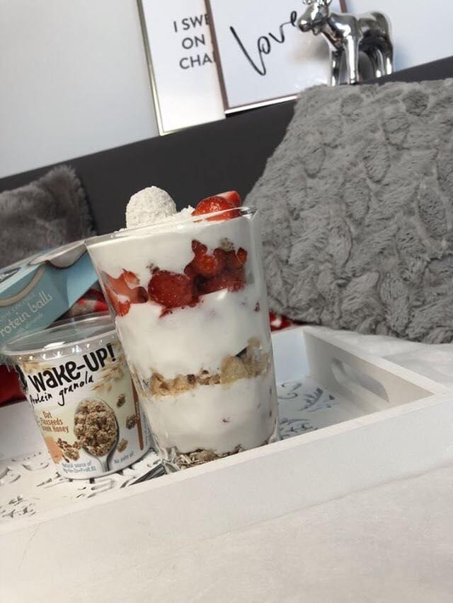 deser z granolą feel fit, jogurtem naturalnym i kulką kokosową